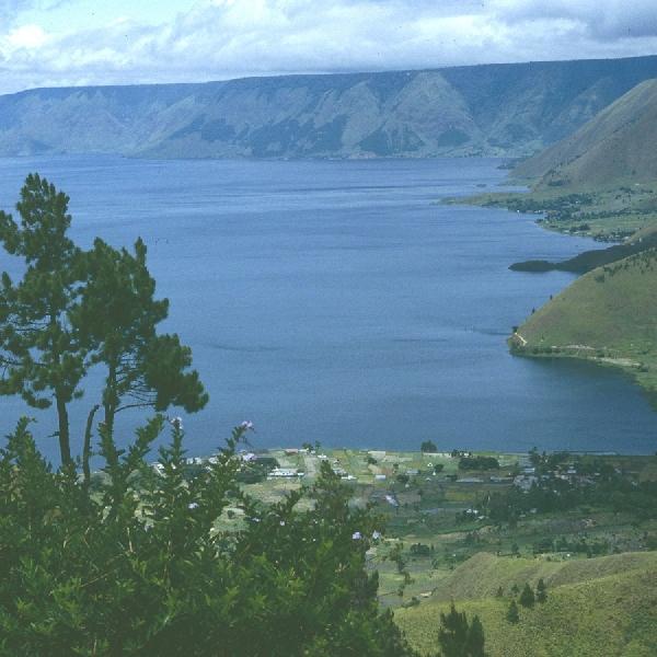 Mengagumi Danau Vulkanik Terbesar di Dunia