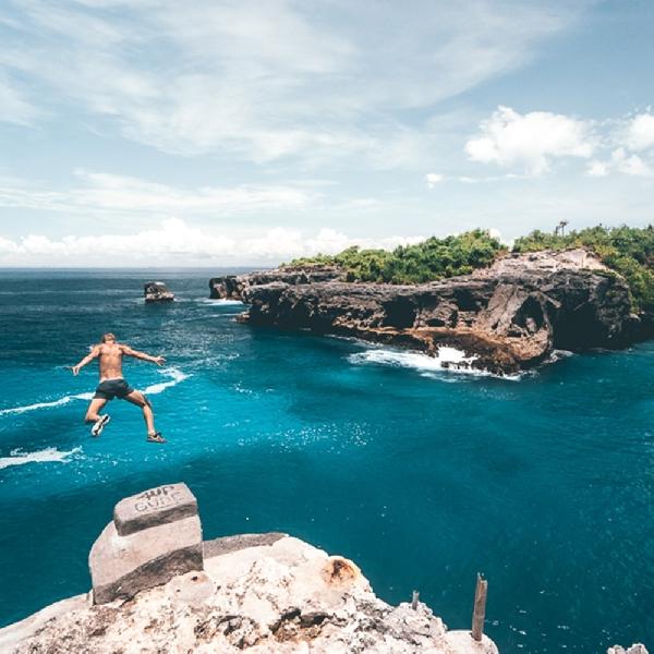 Melompat dan Memacu Adrenalin di Nusa Cliff Jump Point