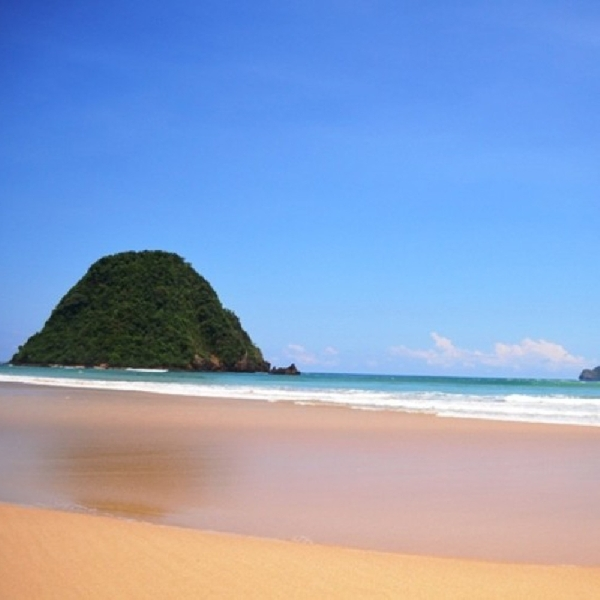 Pantai Pulau Merah, Spot yang Wajib Didatangi Para Peselancar