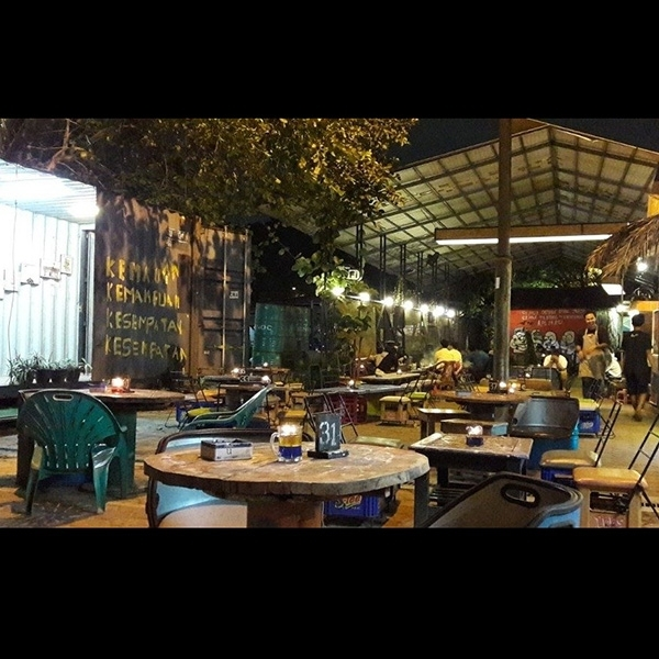 Cafe Koma Junkyard: Tempat Nongkrong yang Bukan Sekedar Nongkrong