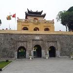 Throwback ke Masa Dinasti Vietnam Lewat Jelajah Benteng Kaisar Thang Long
