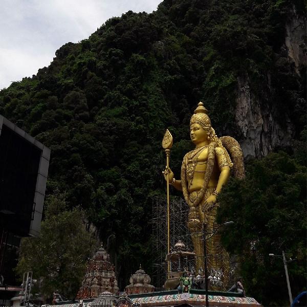 Nikmati Kemegahan Patung Dewa Emas Setinggi 42 Meter di Malaysia