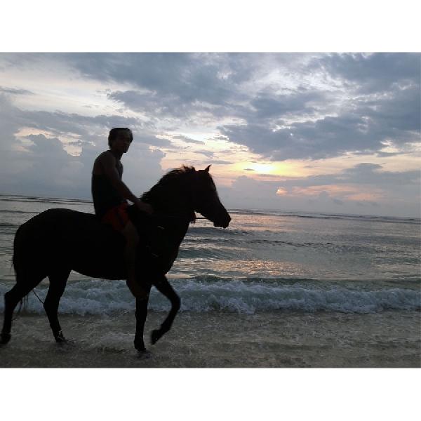Syahdunya Berkuda di Pantai Gili Trawangan Saat Senja