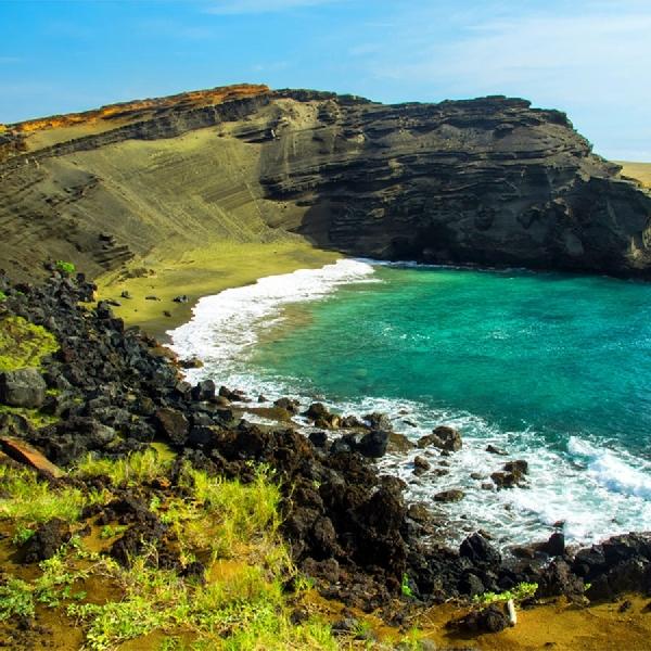 Wow! Pantai Ini Punya Pasir Berwarna Hijau