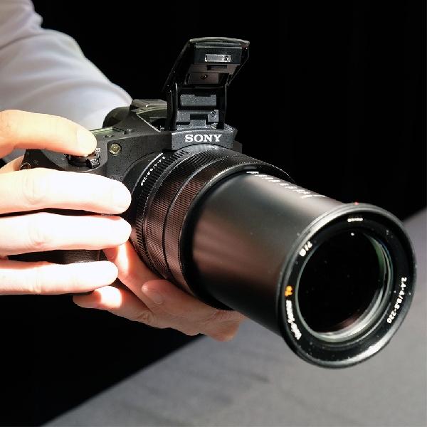 Bisa Zoom Optik 24X, Ini Rupa Kamera Prosumer Terbaru Sony