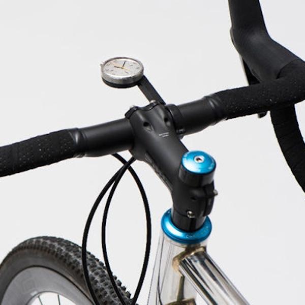 Asyiknya Bersepeda dengan Smartwatch Bergaya Analog Ini
