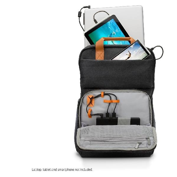 Tas Ransel Ini Bisa Isi Ulang Baterai Tiga Perangkat Sekaligus