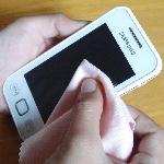 Layar Smartphone Cepat Kotor? Bersihkan dengan Cara Ini
