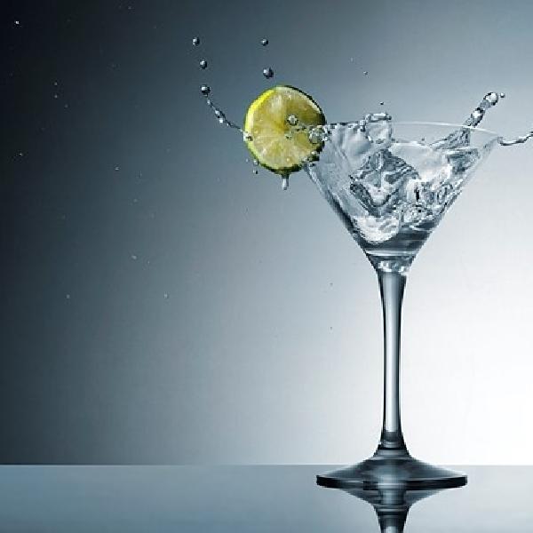 Tips dan Trik Memotret Splash Martini dengan Bantuan Speedlight ala Dustin Dolby