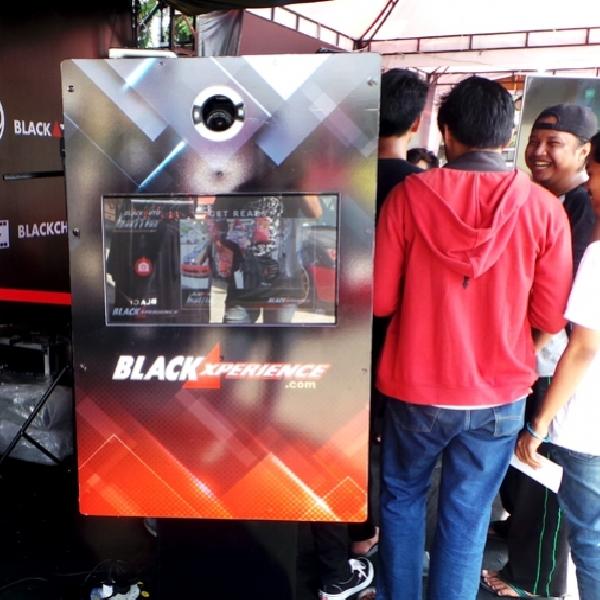 FotoBox, Hanya Berselfie Ria Anda bisa Dapatkan Merchandise Menarik