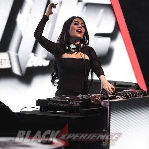 Mari Merapat! DJ Tiara Dewi Beraksi Lagi di Hari Kedua Final BlackAuto Battle 2018 Surabaya