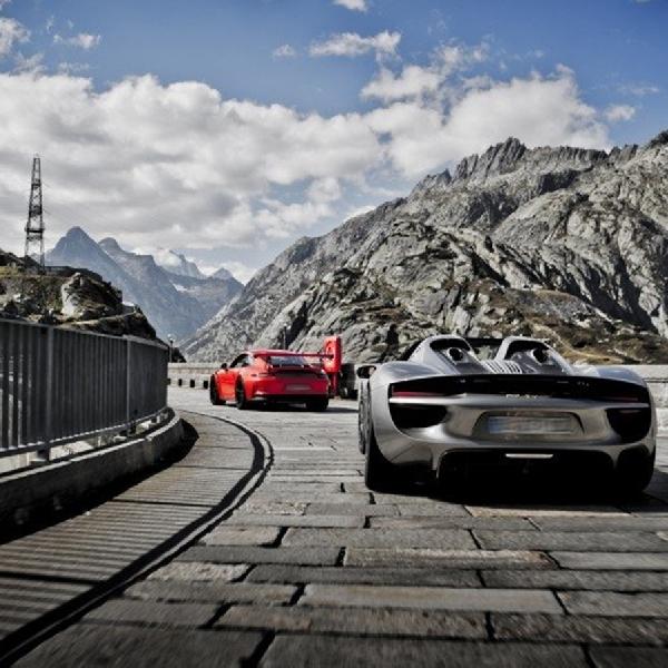 Sembilan Belas Porsche 918 Spyders Taklukkan Jalur Gunung Alpen