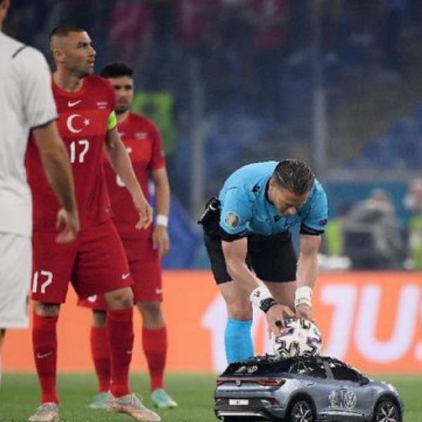 Volkswagen ID.4 Mini Antar Bola di Laga Pembuka Euro 2020