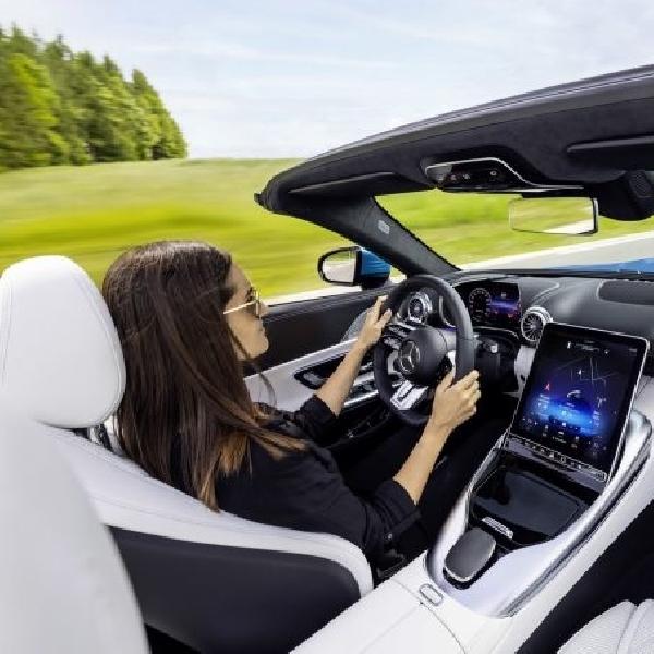 Interior Mercedes-AMG SL 2022 Tampilkan Layar Sentuh Ber-Engsel