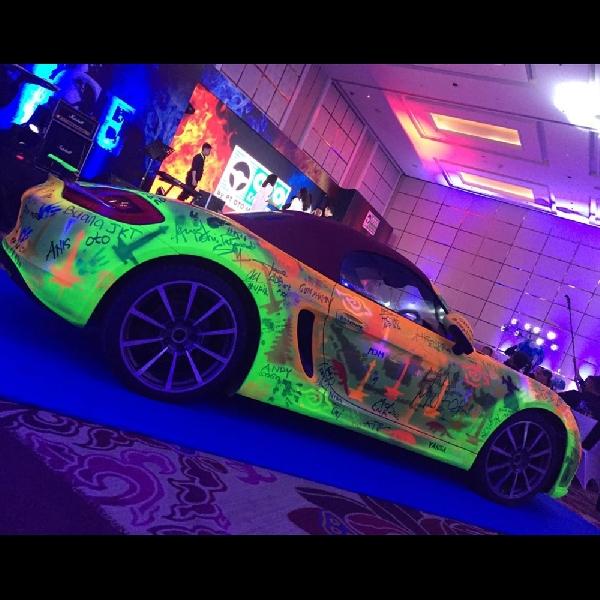 Porsche Boxter di Jadikan Kanvas oleh Ratusan Orang di Jakarta
