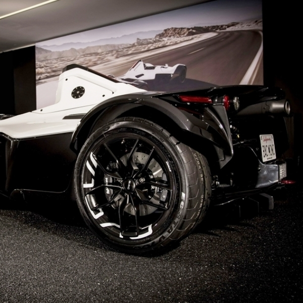 BAC Mono Mobil Dipenuhi Komposit Serat Karbon
