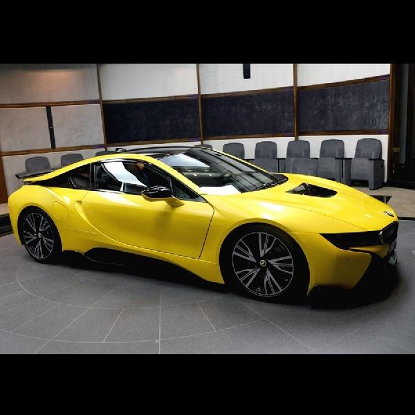 BMW i8 Berkelir Kuning Stabilo Goda Konsumen Abu Dhabi