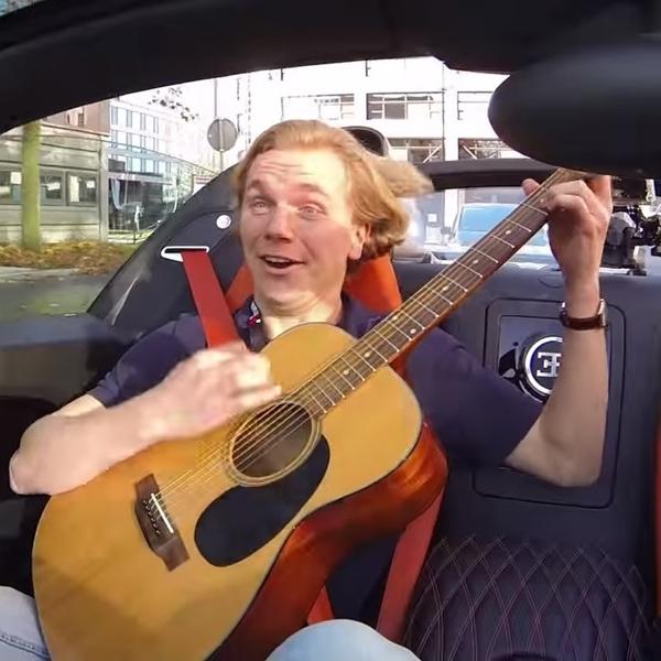 Pria Ini Memainkan Gitar Saat Melesat dengan Bugatti Veyron Vitesse