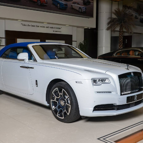 Ini Dia Rolls-Royce Dawn Black Badge dengan Warna Trichromatic