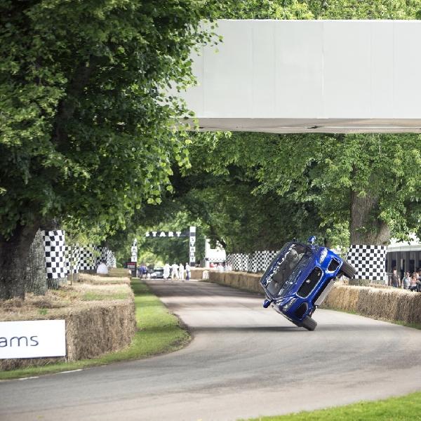 Curi Perhatian, Jaguar F-Pace Berjalan dengan Dua Roda