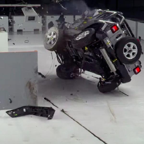 Diuji, Jeep Wrangler JL 2020 Terguling Saat Tabrak Depan