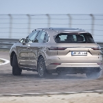 SUV Porsche Ini Ternyata Nyaman Buat Drifting
