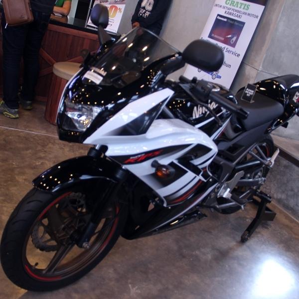 Kawasaki Ninja RR 2-Tak Nongkrong di Dealer Surabaya