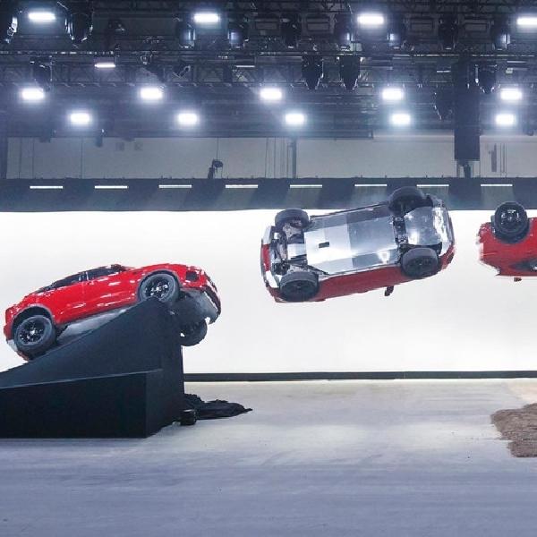 Jaguar E-Pace Melompat di Udara layaknya di Film James Bond