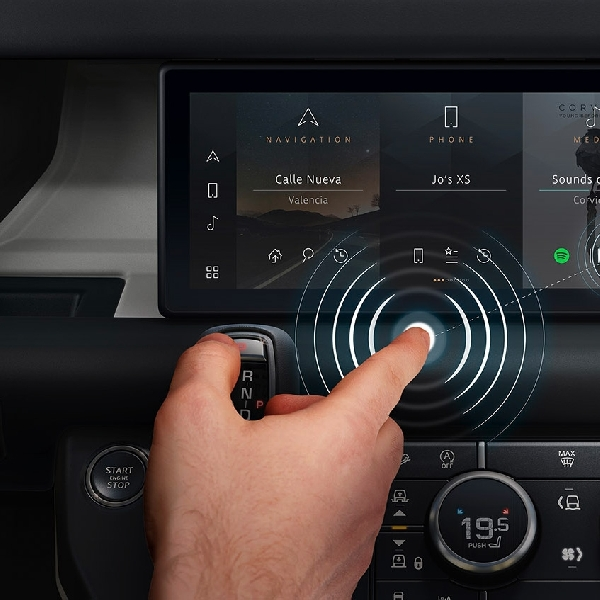 Jaguar Land Rover Kembangkan Headunit Canggih Tanpa Sentuhan
