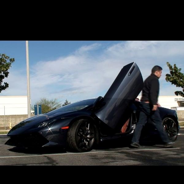 Modifikasi Pintu Vertikal pada Lamborghini Huracan