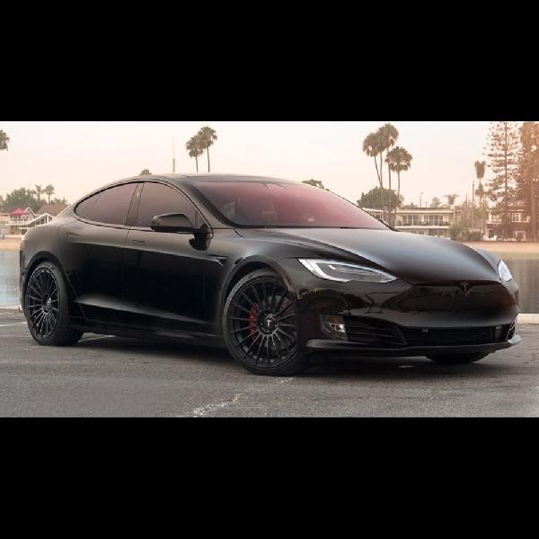 Modifikasi Tesla Model S P100D: Lebih Segar dengan Warna Hitam