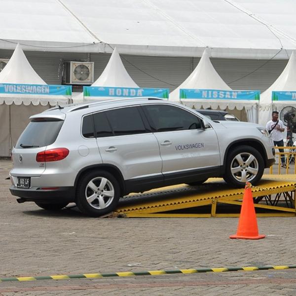 Parade Test Drive Mobil dan Motor di IIMS 2016