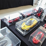 Penggemar Miniatur Ferrari Mejeng di Showroom Ferrari Jakarta