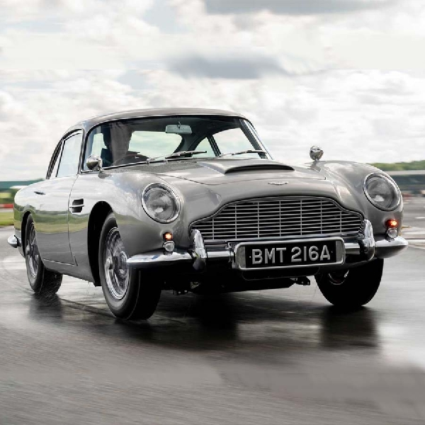 Replika Aston Martin DB5 James Bond, Apakah Gadgetnya Seperti di Film?
