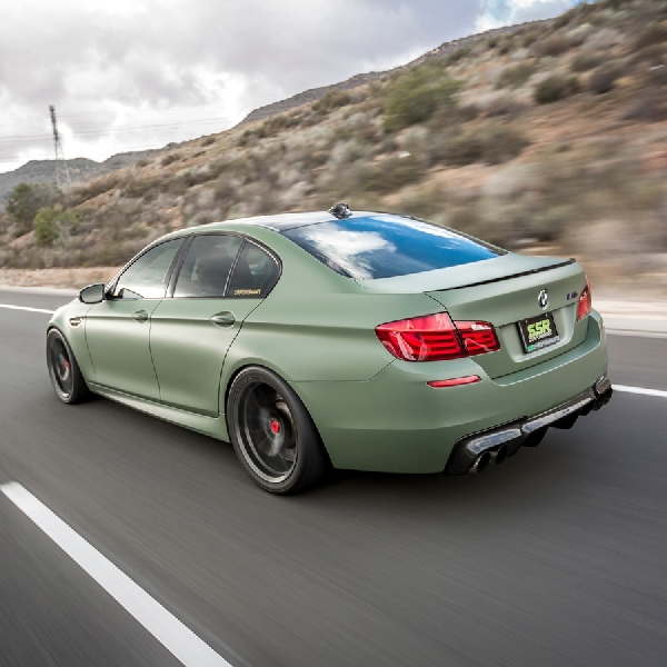 Modifikasi BMW M5 - Simple dengan Stiker Matte Military Green