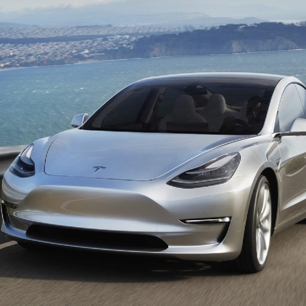 Gila, Tesla Model 3 Tembus Jarak 975 Km!