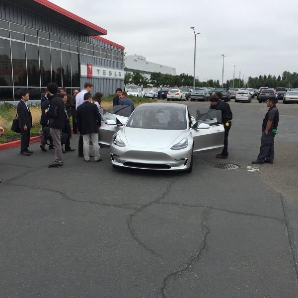 Tesla Sediakan Mobil Uji Coba Untuk Model 3