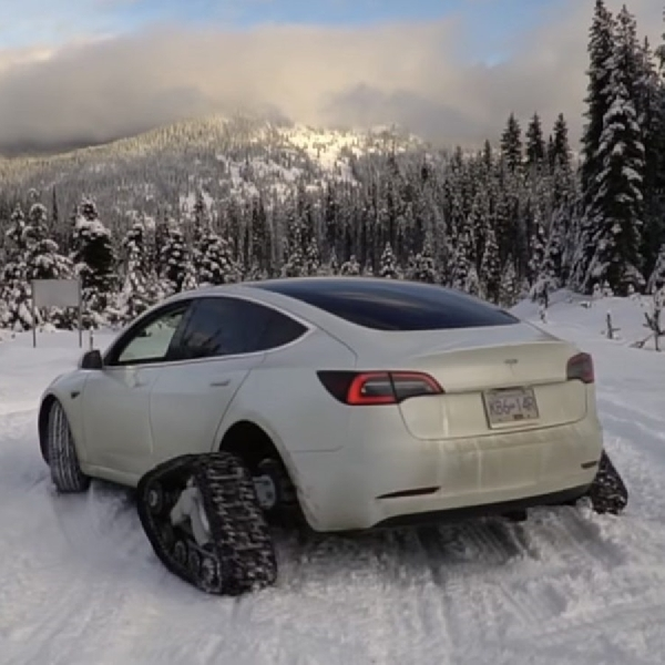 Mencoba Tesla Model 3 dengan Roda Tank