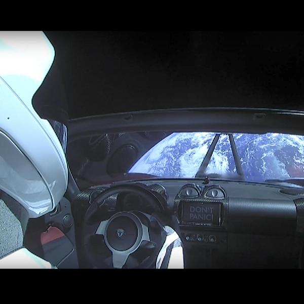 Tesla Roadster Jelajahi Ruang Angkasa bersama Roket Terkuat Falcon Heavy