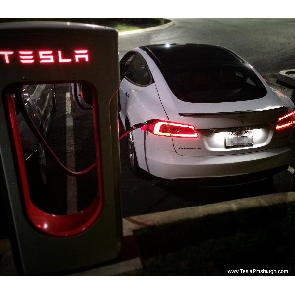 Dasbor Tesla Akan Mendukung Streaming Youtube