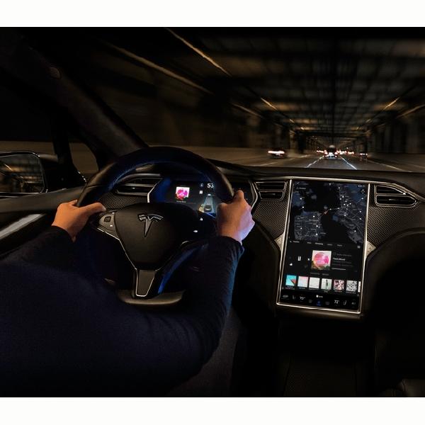 Tidak Hanya Bermain Game, Pemilik Tesla Akan Bisa Streaming Netflix dan Youtube di Mobil