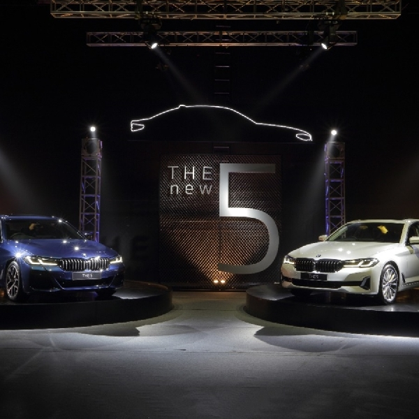 BMW Indonesia Hadirkan The New 5 dan BMW Seri 8 Golden Thunder Edition di IIMS 2021