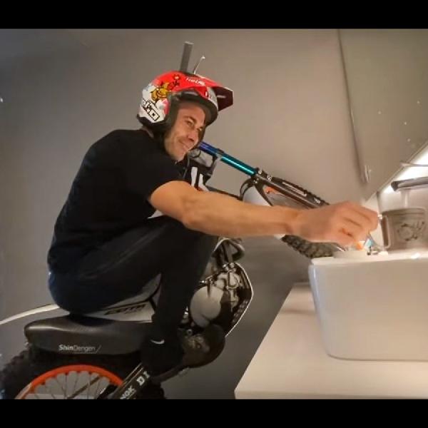 Inspirasi WFH Ala Tony Bou, Beraksi di Sudut Sempit dengan Honda Montesa Cota 4RT