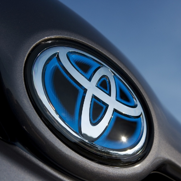 Arti Warna Biru di Logo Mobil Hybrid Toyota [Bag.1]