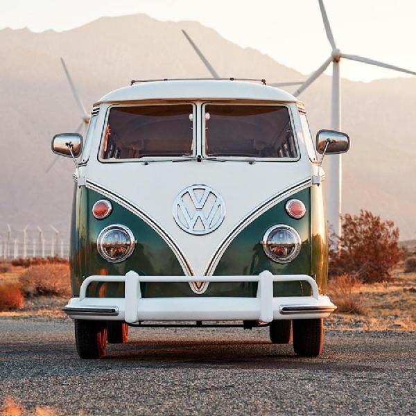 VW Microbus Klasik 1966 Bertenaga Tesla yang Hadirkan Nostalgia Van Listrik Diundi