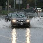 Aman Berkendara di Bawah Hujan