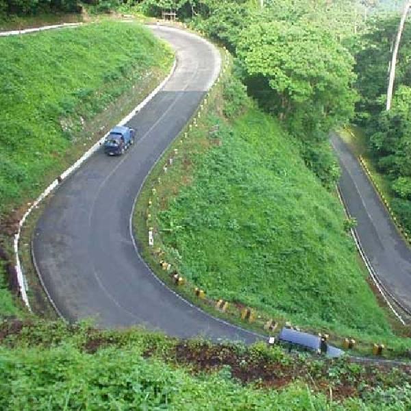 Cara Cermat Mengendarai Mobil di Jalan yang Menikung