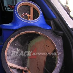 Boks speaker dan subwoofer sisi kanan belakang