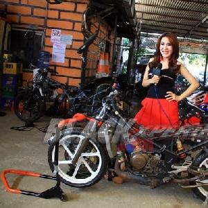 Cheria Vasti berpose dengan Kawasaki Ninja RR150 Racing