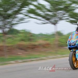 Aksi riding Ninja 250 racing style